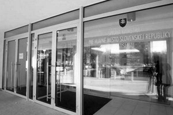 Do novej budovy správy katastra sa vlámali zlodeji. Možno ukradli pečiatky, ktorými sa potvrdzujú listy vlastníctva.