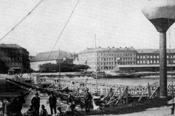Pohľadnica spred roku 1890 predstavuje pontónový či vlastne loďkový most pomenovaný po cisárovnej a kráľovnej Karolíne Auguste.