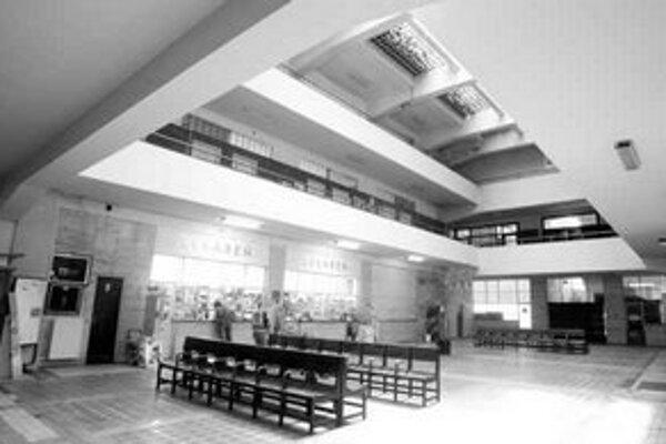 Ministerstvo zdravotníctva chce predať budovy na Bezručovej a peniaze použiť na rekonštrukciu fakultnej nemocnice. O budovy má však záujem iný štátny rezort – ministerstvo spravodlivosti. Chce ich získať bezodplatne.