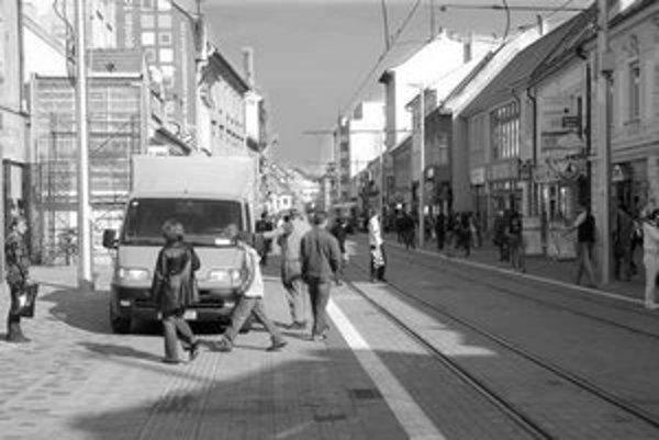 Poslanci Starého Mesta chceli z ulíc úplne odstrániť pútače v tvare A. Takéto i ostatné pútače prekážajú chodcom a autám, a navyše bývajú nevkusné. Zakázané je aj kreslenie orientačných šípok na asfalt.