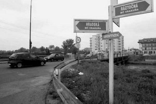 Súčasťou stavby kruhového objazdu na križovatke Hradská – Ráztočná bude aj rekonštrukcia mostíka cez Malý Dunaj.