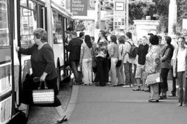 Ceny cestovných lístkov sa v Bratislave zvyšovať nemajú. Základný desaťminútový stojí 14 korún, polhodinový 18 korún. Zľavnené lístky stoja polovicu.
