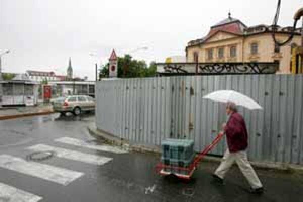Chodci smerujúci z Kozej na Staromestskú budú musieť najmenej rok obchádzať plot staveniska. Podľa magistrátu je takéto zabratie chodníka prípustné. Vojsť do podchodu sa dá len zo zastávky Zochova.