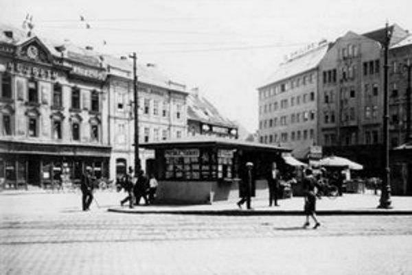 Vchod do Dunajskej ulice z Kamenného námestia. Tu mali zastávky električky A, B a C. Električka C šla až do Viedne.