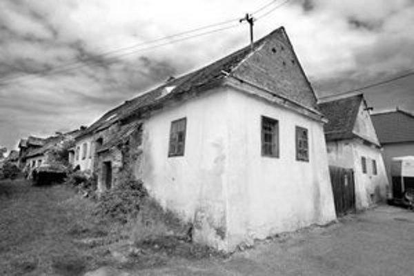 Samospráva usiluje o zúženie pamiatkovej zóny v centre Záhorskej Bystrice. Historické domy chátrajú, obyvatelia nemajú peniaze na ich údržbu.