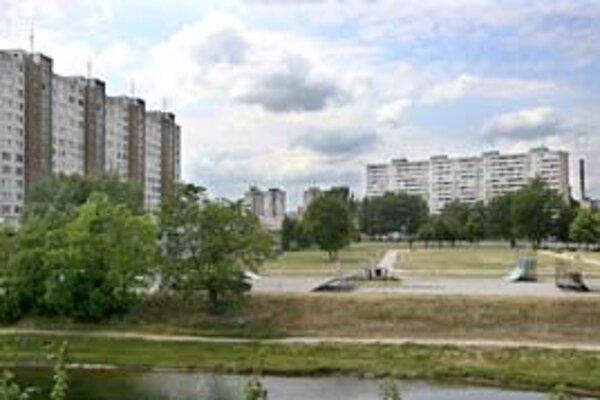 Park by mal vzniknúť aj pri Jiráskovej ulici v Petržalke. V súčasnosti je na vyše dvojhektárovom území tráva a využívajú ho ľudia prechádzajúci k zastávkam autobusov či do banky.