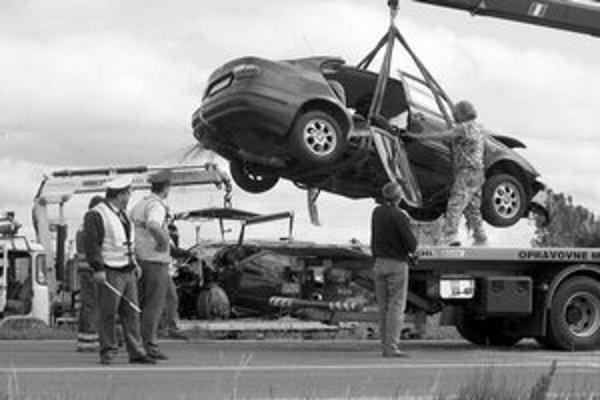 Zničené kapoty a predné časti áut, odtrhnuté dvere. Seat a Volkswagen sa zrazili včera ráno na Starej seneckej ceste, vodičov previezli do nemocnice. Za frekventovanou križovatkou pri vstupe do mesta sa v špičke tvorili kolóny, jeden jazdný pruh bol pre n
