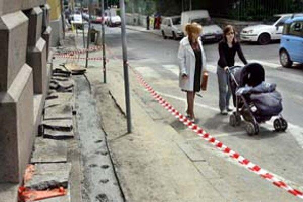 Chodci na Zochovej radšej volia cestu, chodníky sú totiž buď rozkopané, alebo tam stoja autá.