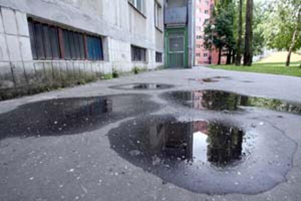 Na chodníkoch na Estónskej sa drží voda.