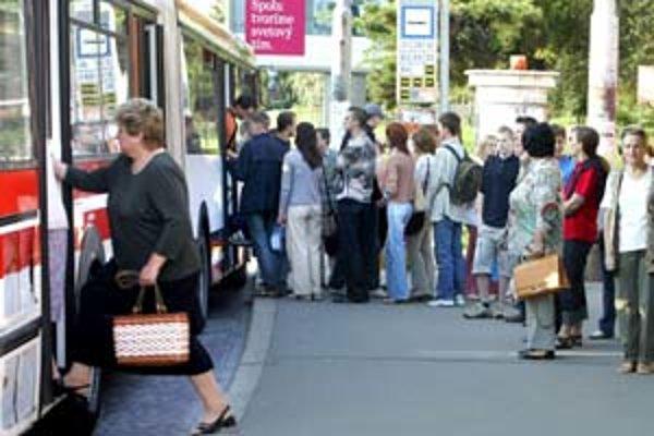 Zvýšením cestovného v MHD a prepúšťaním zamestanancov chce dopravný podnik zvýšiť svoje príjmy – za minulý rok mal startu 200 miliónov.