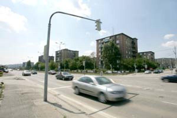 Račianska samospráva chce riešiť situáciu na úseku Račianskej ulice pri odbočke na Peknú cestu. V nedeľu tu zalialo vozovku, lebo sa upchala kanalizácia, no Rača bude rokovať s mestom o rekonštrukcii vozovky.