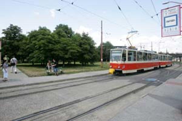 Cestujúci z Krasnian a Rače budú v lete jazdiť autobusmi namiesto električiek. Dopravný podnik bude rekonštruovať električkovú trať v Gaštanovom hájiku.