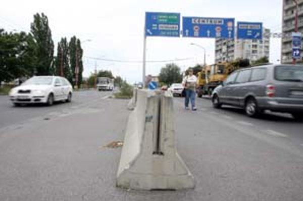 Ľavé odbočenie z Pažítkovej na Prievozskú znemožňujú zábrany. Magistrát ich umiestnil pre zvýšenie bezpečnosti, dochádzalo tu k častým nehodám.