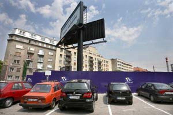 Výstavba na Pribinovej pohltila jedno z väčších parkovísk v centre mesta. Zatiaľ šoféri využívajú aj parkovisko pri SND. Tu však bude od septembra regulovaný režim.