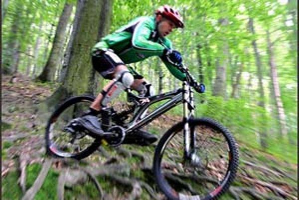 Voľný zjazd na bicykli dolu lesným kopcom už asi od septembra nebude možný. Vtedy by mala začať platiť novela zákona o lesoch, ktorá cyklistov vykazuje na lesné cesty.