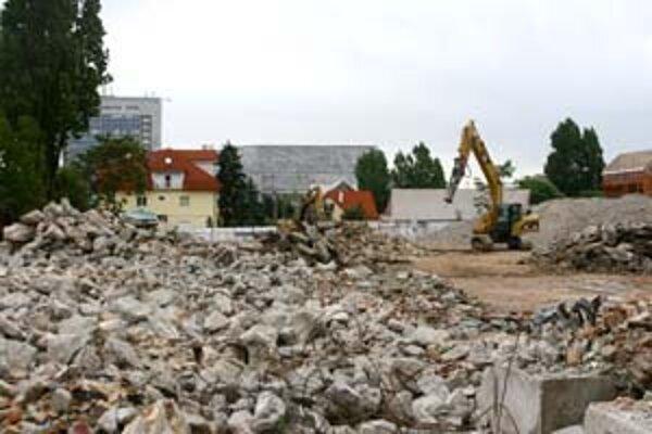 Väčšinu objektov v areáli už zbúrali. Prach vyvolával dojem požiaru. Teraz sú budovy z väčšej časti zrovnané so zemou a otvoril sa výhľad z Račianskej na Istropolis.