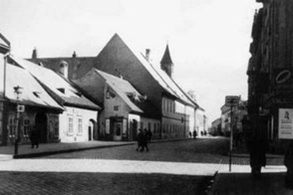 Sprava ústi do Dunajskej Klemensova (voľakedy Kempelenova). V malom dome vľavo bývali Javorkovci. Vzadu trčí vežička – tam je teraz reštaurácia Prešporská kúria.