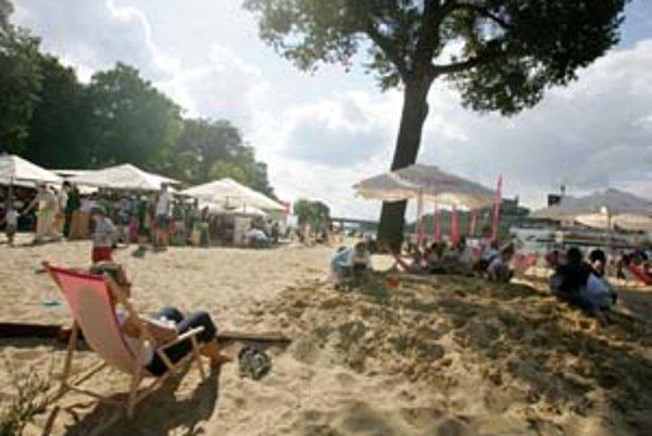 Pláž v Bratislave – piesok, bosé nohy, krik detí. Na záver víkendu včera popoludní už bolo vidno aj plavky. Kolorit miesta dotváralo aj neďaleké bojisko, v Sade Janka Kráľa sa pokúšalo dobyť mesto napoleonské vojsko. Rekonštrukciu bitky spred takmer 200 r