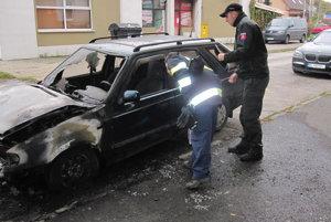 Na mieste zisťovali policajti a hasiči príčinu požiaru.