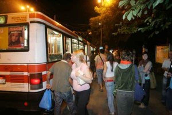 Nástupište na Hlavnej stanici bolo o pol noci plné ľudí napriek tomu, že prvé nočné autobusy odtiaľ odchádzali pol hodinu predtým.