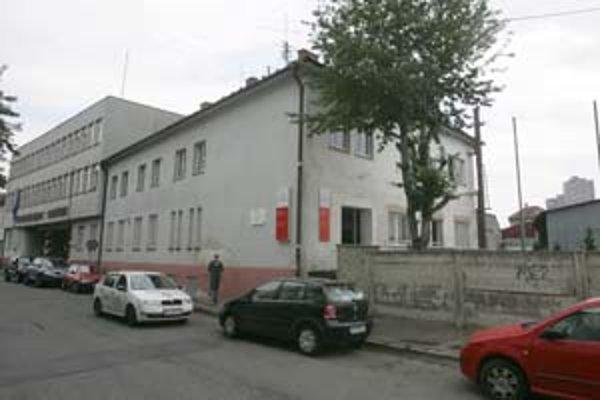 Pozemky pod bývalým areálom OLO na Bazovej ulici získa zámenou za plánovanú stavbu v Petržalke firma Gefamin. Mesto sem presťahuje oddelenie, ktoré vyberá okrem iného daň z nehnuteľností.