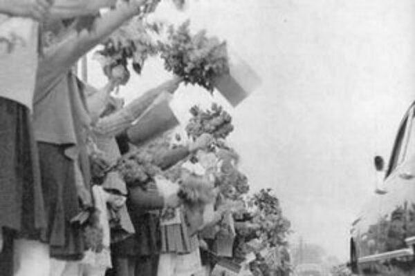 Pionieri vítajú súdruhov v šesťstotrojkách.