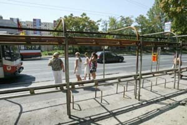 Vyhorená zastávka zo socialistických čias čaká na rekonštrukciu.