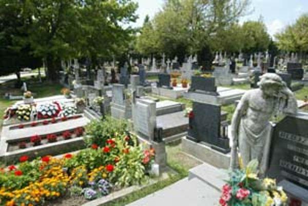 Jarovce sú jedinou mestskou časťou, ktorá je správcom cintorína na svojom území. Žiadosť mestskej časti o zverenie cintorína odobrilo zastupiteľstvo mesta v roku 1993.