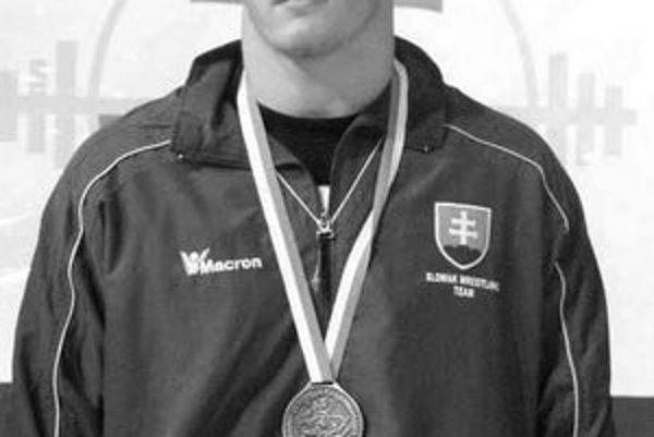 Sedemnásťročný Jozef Jaloviar začínal so zápasením v Šamoríne. Odtiaľ prestúpil ako desaťročný do Dunajplavby Bratislava a dnes už má medailu z ME kadetov.
