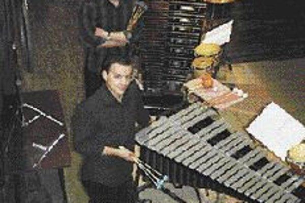 Hudba a zvuk: perkusie v kove Koncertný cyklus Hudba a zvuk je kombináciou komornej hudby, expozície výtvarných diel, videoartu, prehliadky moderného dizajnu, happeningu a príjemnej večernej atmosféry na nádvorí v centre Bratislavy.Najbližší koncert sa