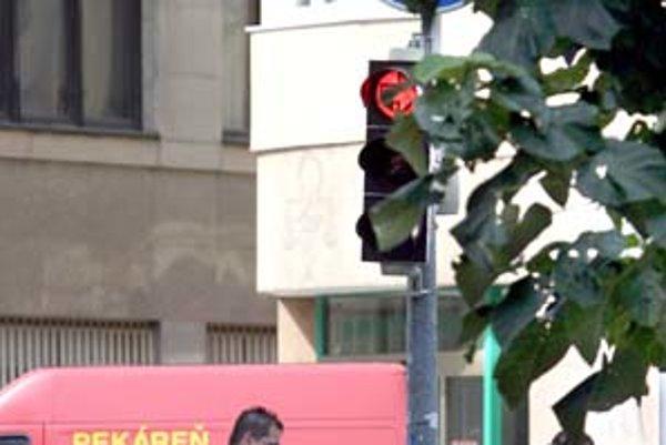 Vodiči na Dunajskej ulici musia rešpektovať semafor, ktorý však za konármi stromu nevidno.