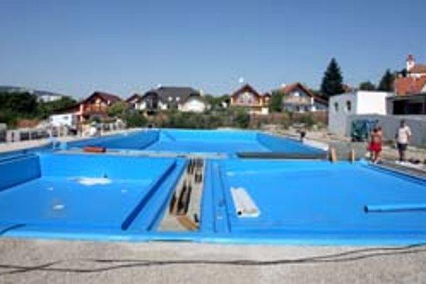 Po technickej stránke je kúpalisko pripravené, skončili sa aj skúšky. Taktiež dokončili vodovod, finišuje stavba prevádzkovej budovy. Zostáva vyskúšať bazén a dokončiť dlažby.