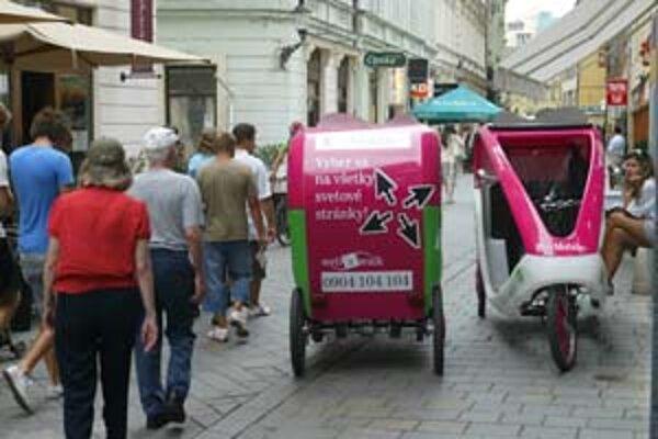 Rikše premávajú aj na Panskej ulici v úseku, kde nemajú povolenie. Chodci v pešej zóne sa im musia prispôsobovať.