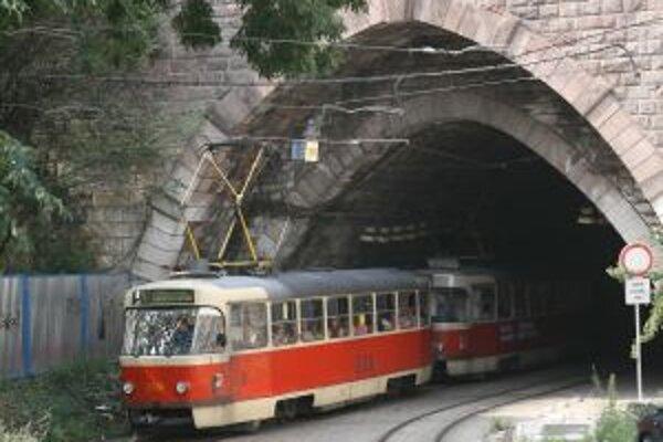 Tunel pod hradnou skalou vybudovali počas druhej svetovej vojny, použili naň materiál nižšej kvality. Podľa vedenia dopravného podniku je čoraz ťažšie udržať ho v prevádzke.