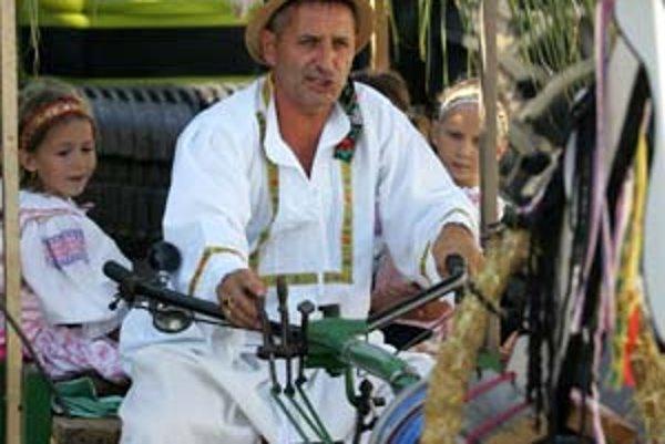 Peter Maglovský, Petržalčan, na vajnorských dožinkoch so svojím traktorom z roku 1956.