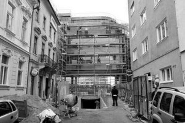 Stavbu Astorie Palace by podľa investora mali dnes dokončiť, práce v podchode na Hodžovom námestí budú ešte pokračovať. Pohľad na budovu z Panenskej ulice.