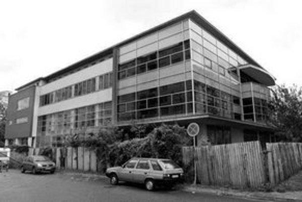Výstavba budovy na Poľnohospodárskej ulici vo Vrakuni sa začala ešte za socializmu, pôvodne to mal byť kultúrny dom. Vrakuňa teraz stavbu plánuje definitívne doriešiť.