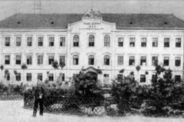 Na Šafárikovom námestí stál od 60. rokov 18. storočia palác baróna J. M. Landerera. Počas druhej svetovej vojny ho zasiahla bomba a neskôr ho asanovali.