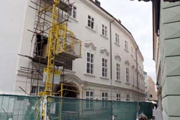 Apponyiho palác na Hlavnom námestí opravujú, obnova však bude trvať dlhšie pre archeologický výskum.