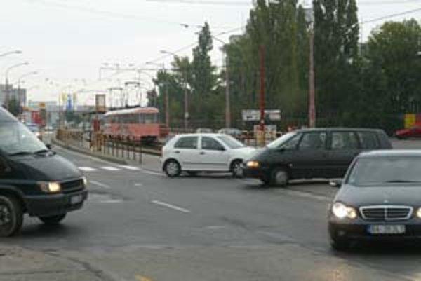 Električkové priecestie na Vajnorskej – Odborárskej. Autá sú zoradené tak ako nemajú byť.