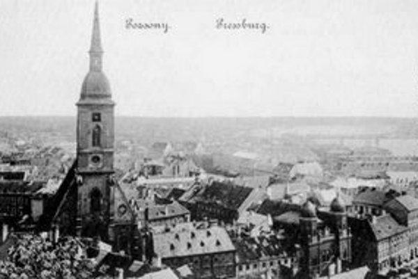 Pohľad z hradnej terasy na južnú časť mesta zo začiatku 20. storočia. Dominantouou je Dóm sv. Martina, vpravo vidieť dve veže synagógy neológov.