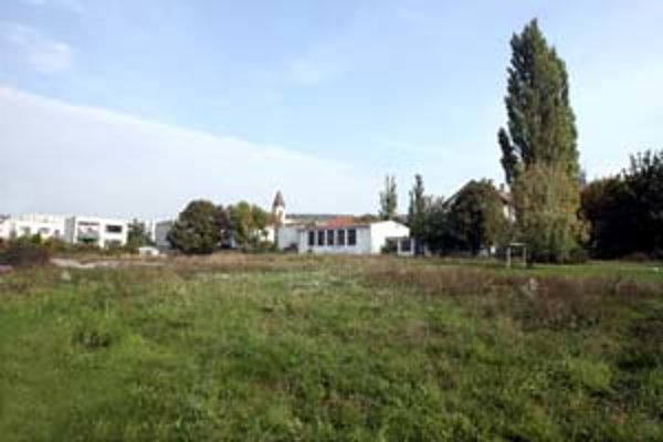 Jednou z možností, kde by budúci lamačský zimný štadión mohol stáť, je školský dvor Súkromnej obchodnej akadémie na Borinskej ulici.