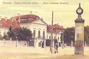 Palác na kolorovanej fotografii pred rokom 1895, keď ešte na ulici nejazdili električky.