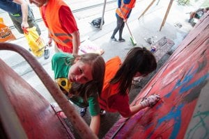 Minuloročné čistenie a maľovanie zastávky Švantnerová.