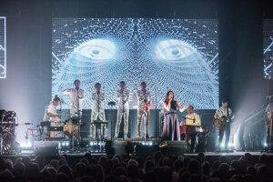 Speváčka Jana Kirschner (v popredí) počas koncertu v Starej tržnici v rámci Moruša Čierna tour 2015.
