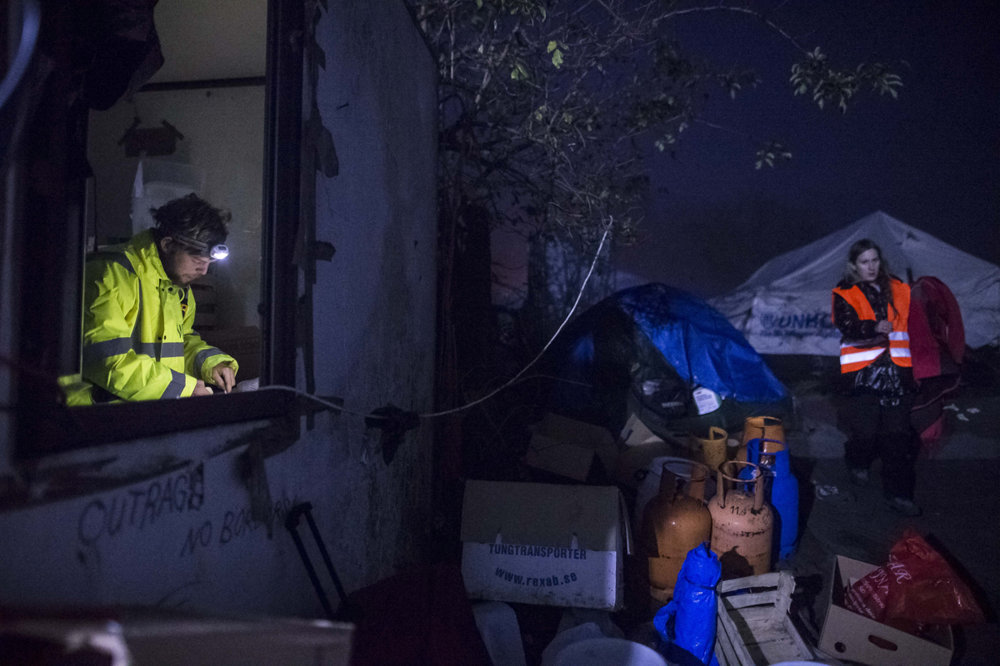 Nočný život dobrovoľníkov na hranici. Vynášanie skladu a studená večera.
