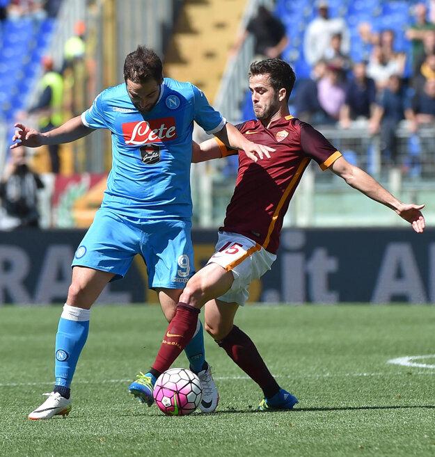 Neapol prišiel o šancu na zisk titulu po prehre na ihrisku AS Rím. Na snímke bojujú o loptu hráč SSC Gonzalo Higuaín (vľavo) s Miralemom Pjaničom z AS Rím.