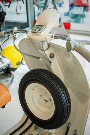 Umiestnenie rezervného kolesa na prednej kapotáži. Neskôr sa presunulo na zadné sedadlo spolujazdca , resp. bolo skryté pod ľavým , zadným, odnímateľným bokom.