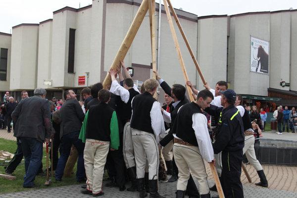 V Krásne nad Kysucou budú stavať máj aj tento rok ručne.