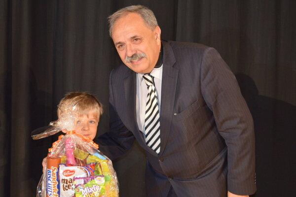 Víťaz súťaže Krásno hľadá talent Matúš Kaválek a primátor Krásna nad Kysucou Jozef Grapa.